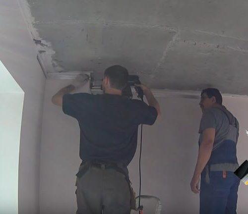 Мастера производят монтаж натяжного потолка