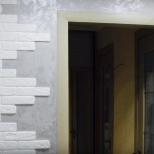 Отделка стен коридора декоративными панелями под камень