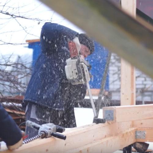 Второй день постройки дома из бруса, работа идёт полным ходом