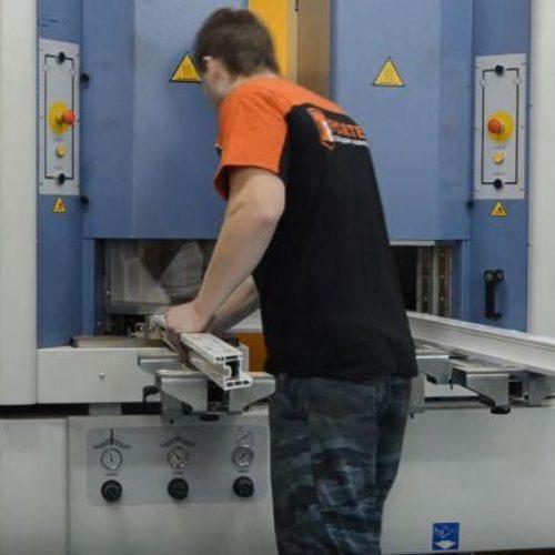 Работа мастера по изготовлению окон в цеху