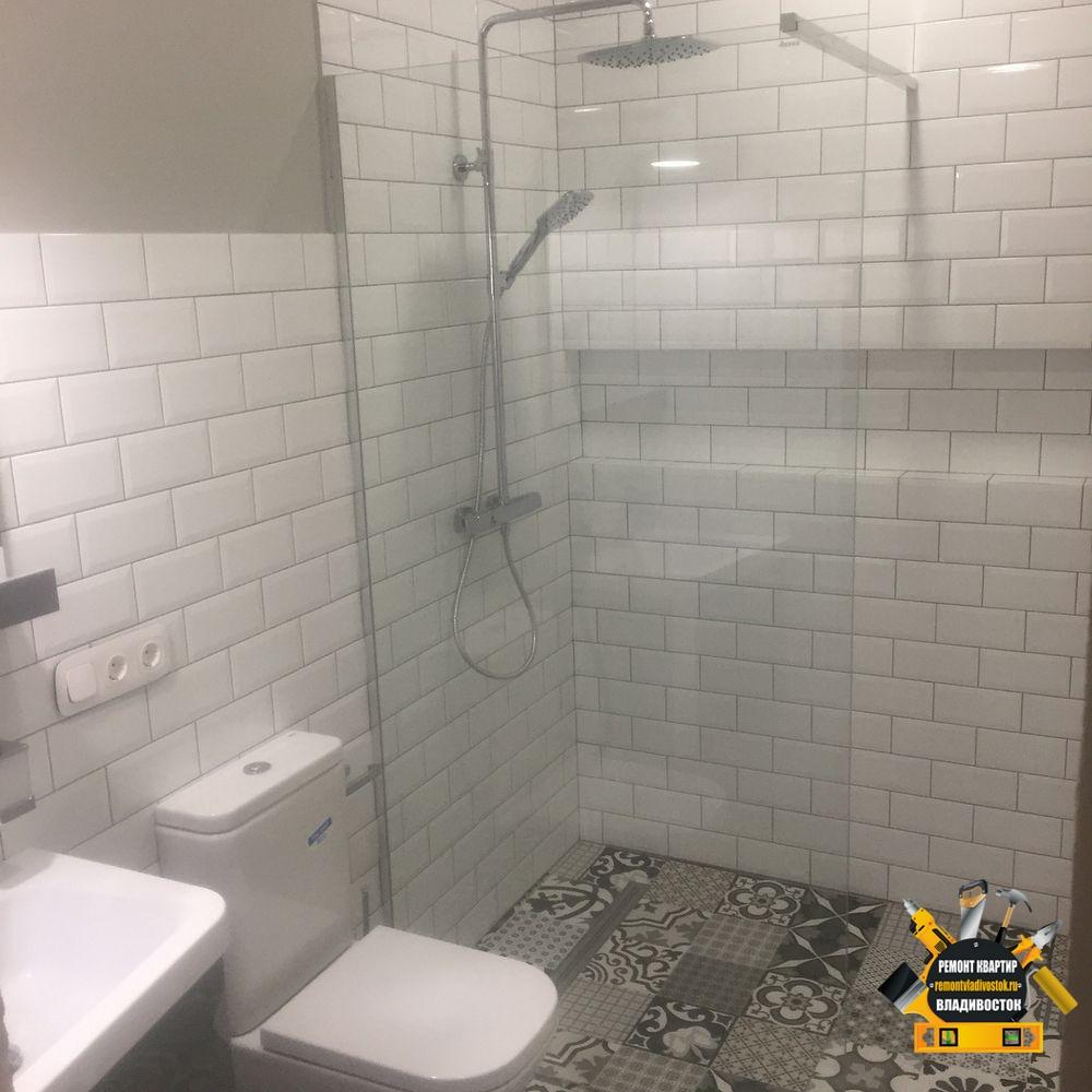 Белая керамическая плитка в интерьере ванной