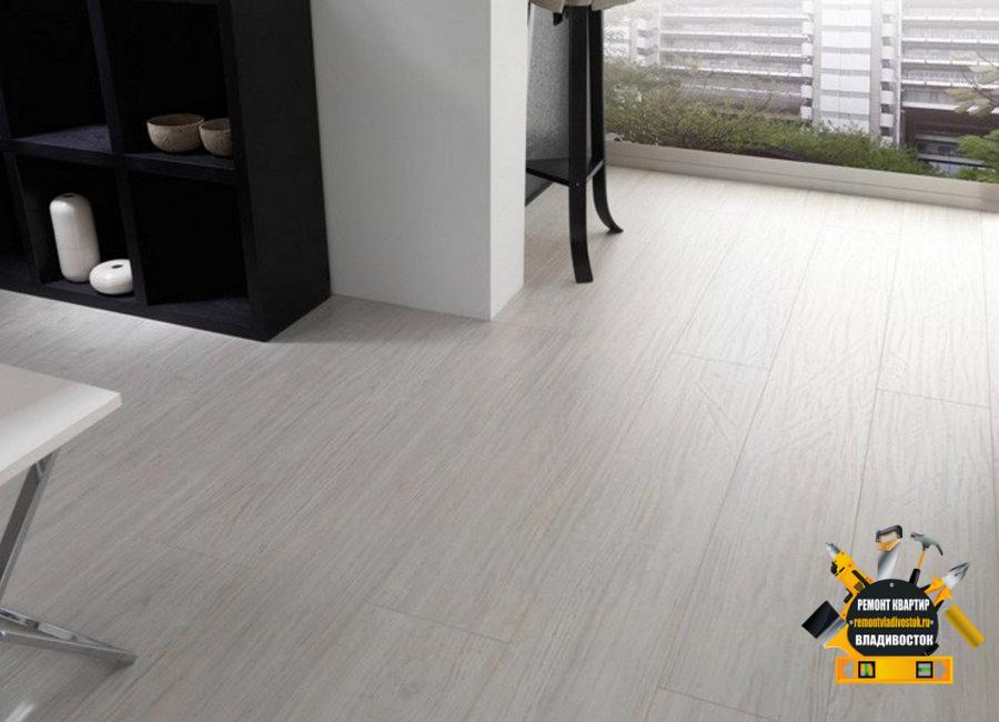 Серый пол, ламинат очень хорош для квартиры!